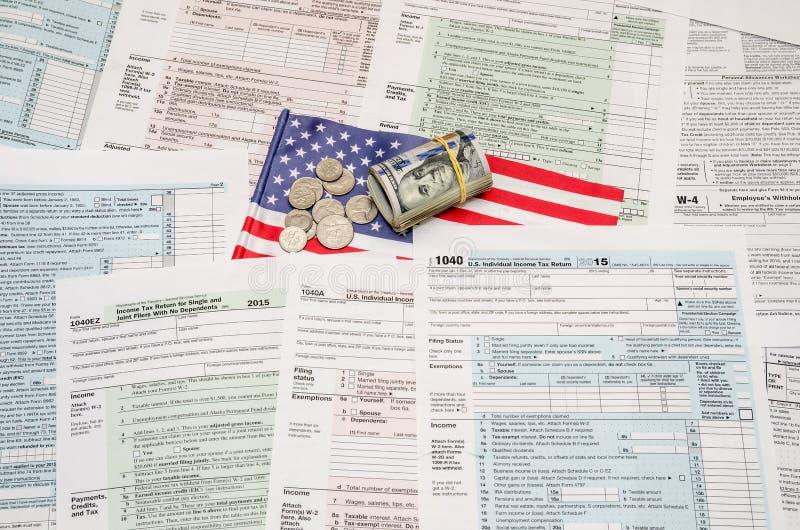Forma federale di dichiarazione dei redditi di reddito 1040 degli Stati Uniti con soldi immagine stock