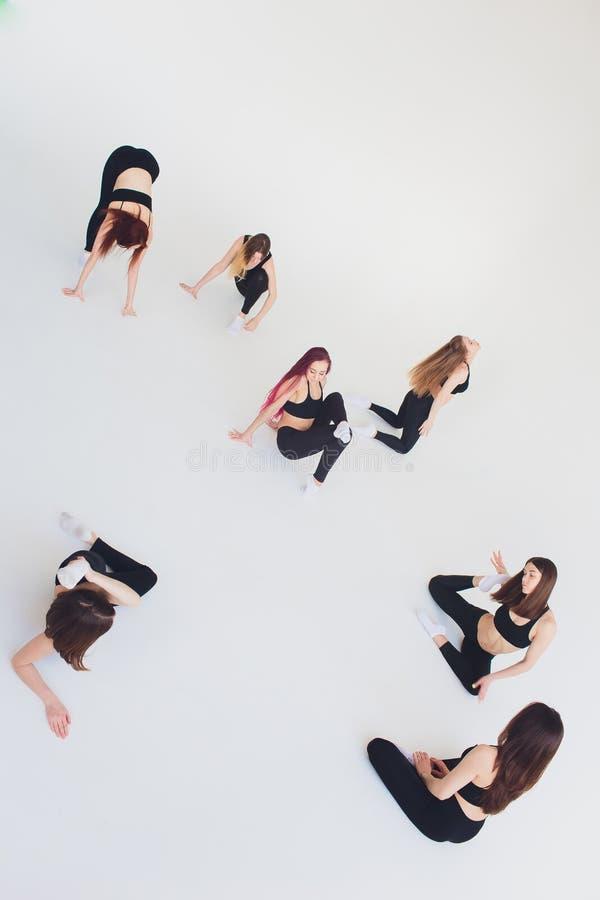 Forma fisica, allungante pratica, un gruppo di due donne mature sorridenti felici attraenti di misura che risolvono in societ? po fotografia stock