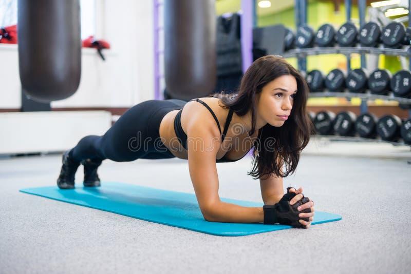 Forma fisica del ritratto che forma donna sportiva atletica fotografie stock
