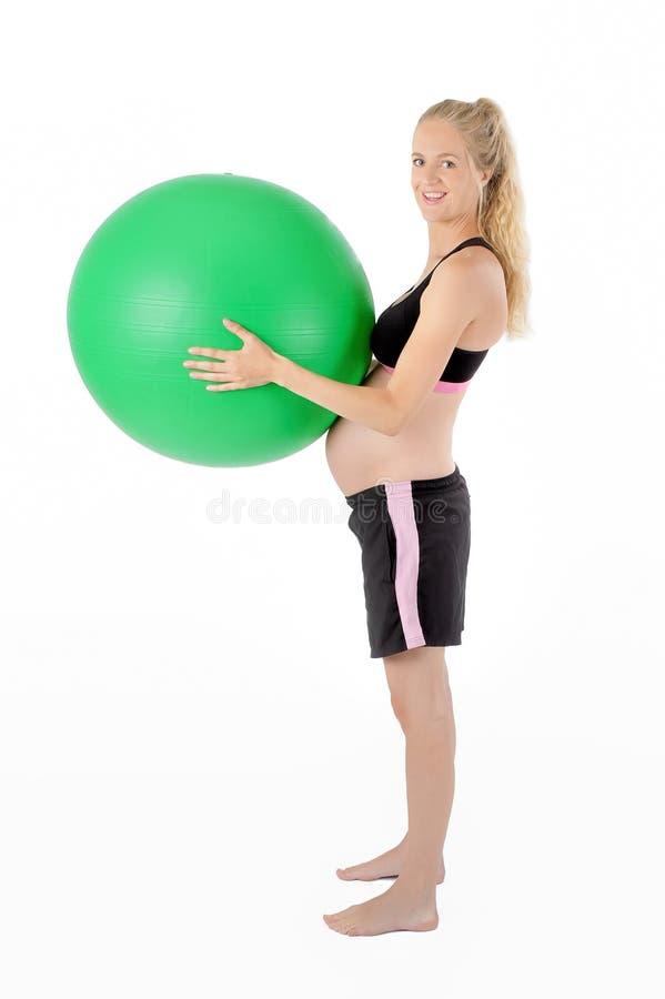 Forma fisica della donna incinta Palla di yoga di Ballace fotografia stock