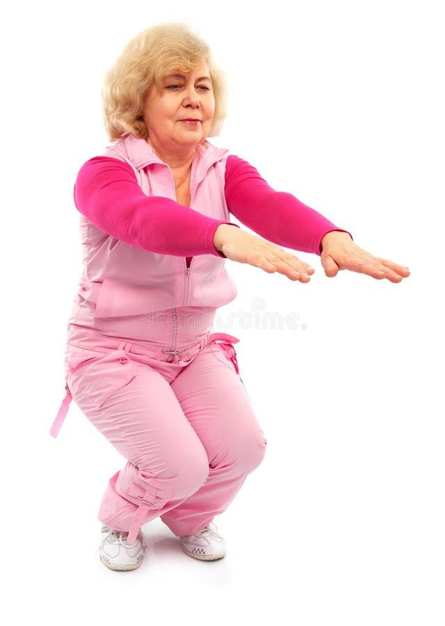 Forma fisica di preparazione della signora anziana attiva fotografie stock libere da diritti
