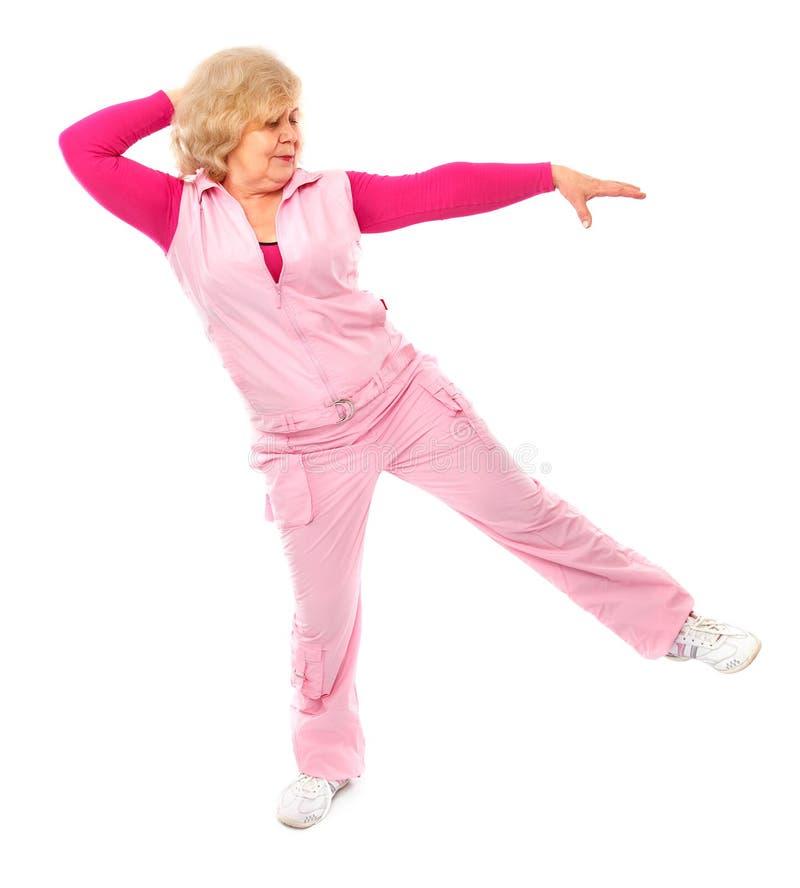 Forma fisica di preparazione della signora anziana attiva fotografia stock