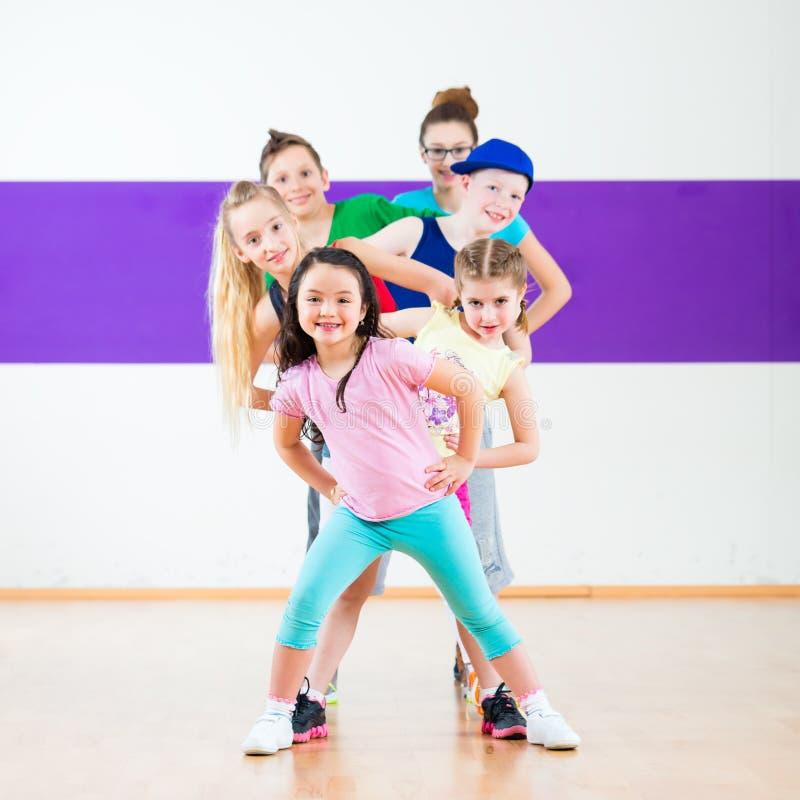 Forma fisica di Zumba del treno dei bambini a scuola di dancing fotografia stock