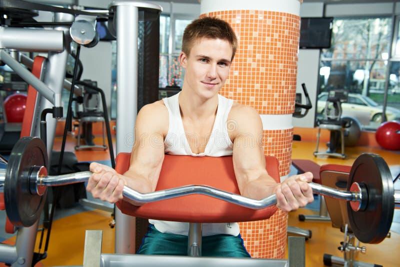 Forma fisica e sport uomo che fa gli esercizi dei muscoli addominali in palestra immagine stock