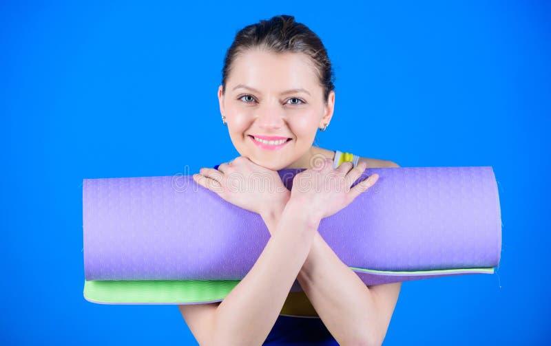 Forma fisica ed allungare Allungamento dei muscoli Entrando nella scanalatura di yoga Yoga come l'hobby e sport Concetto della cl fotografie stock libere da diritti