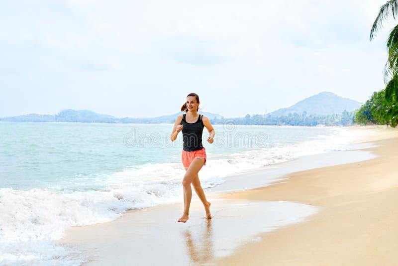 Forma fisica Funzionamento atletico della donna sulla spiaggia Sport, esercitantesi, lui fotografia stock libera da diritti