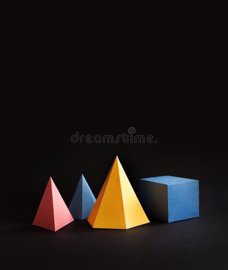 A forma geométrica abstrata colorida figura a vida imóvel Cubo retangular de prisma tridimensional da pirâmide no preto foto de stock royalty free