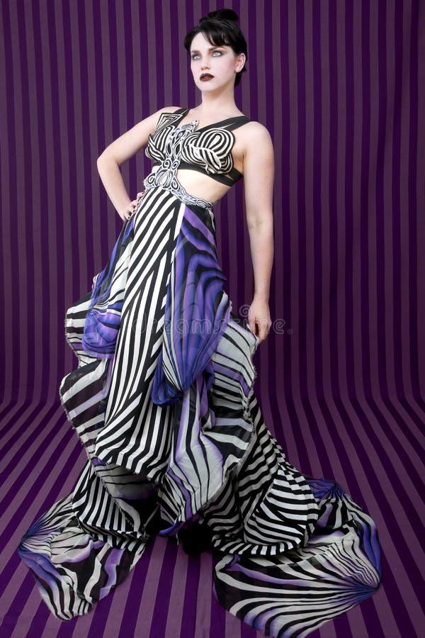 Forma listrada vestindo da mulher com iluminação dramática imagens de stock royalty free