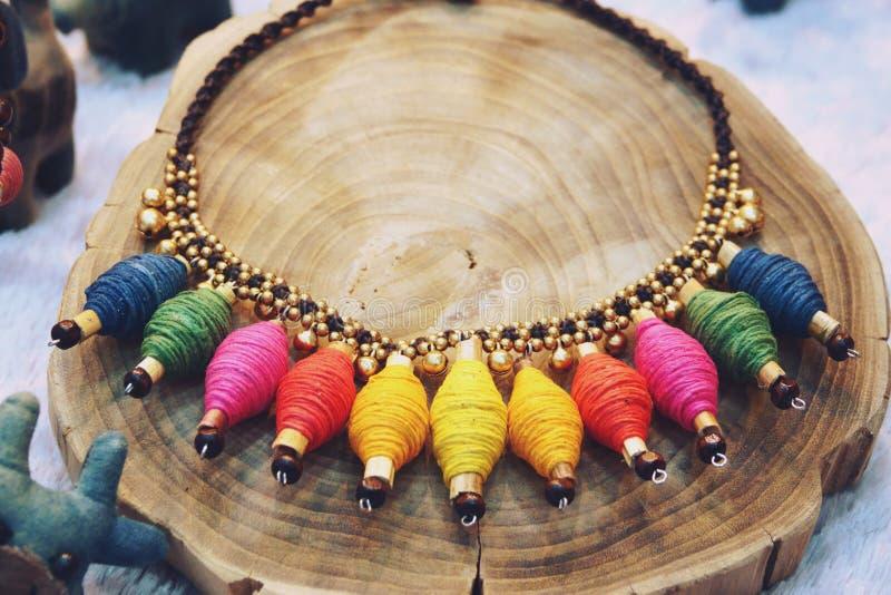 Forma luxuosa moderna da joia da colar dos acessórios da natureza imagem de stock