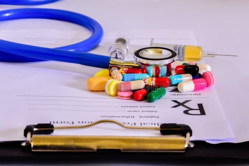 Forma médica de la materia de la prescripción del farmacéutico estetoscopio en blanco de la prescripción y de las píldoras imagen de archivo
