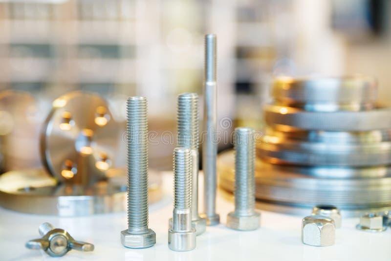 Forma metallica dei distanziatori e dei bulloni della flangia Fresatura ed industria del tornio Ingegneria del metallo L'orizzont fotografia stock libera da diritti