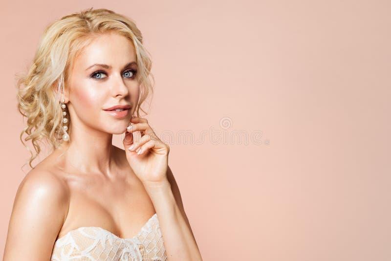 A forma modela o retrato da beleza, a composição bonita do Nude da mulher e o penteado, tiro do estúdio da menina no bege fotos de stock