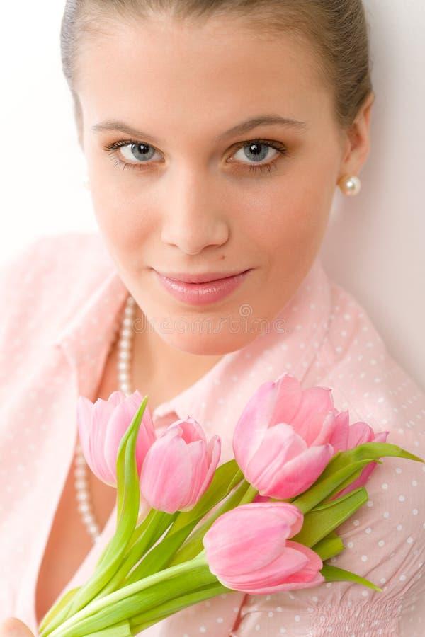 Forma - mulher romântica nova com tulips da mola imagens de stock royalty free