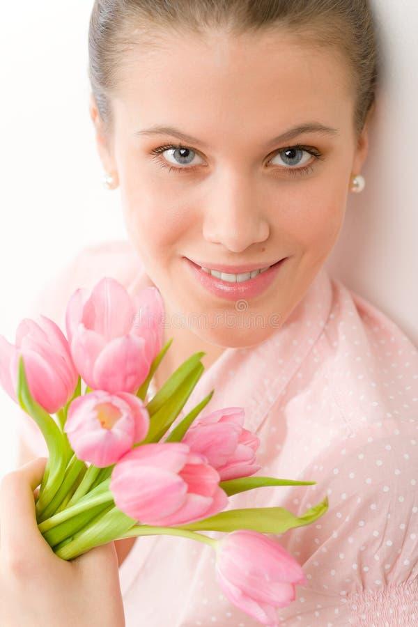 Forma - mulher romântica nova com tulips da mola fotografia de stock