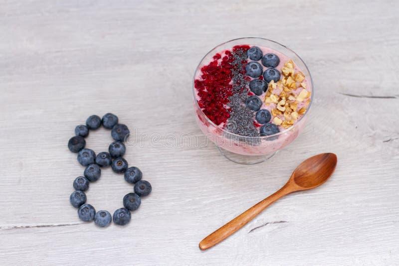 Forma número 8 de Blueberrie y smoothie en una taza del tarro con una paja fotografía de archivo libre de regalías