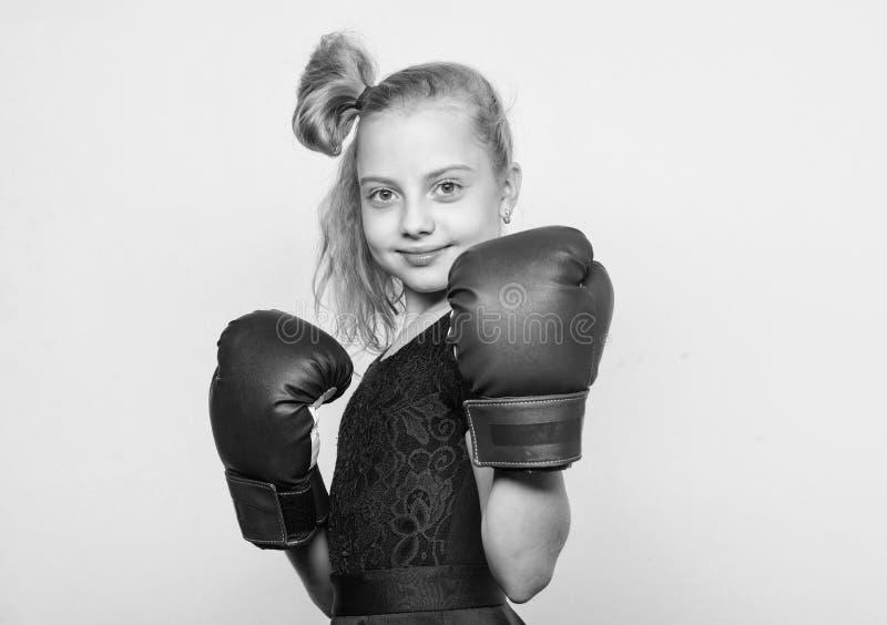 Forma??o com treinador luta KO e energia Sucesso do esporte Exerc?cio da crian?a do pugilista, aptid?o saud?vel Esporte e foto de stock