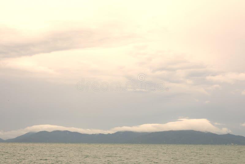Forma??o sobre a montanha, prov?ncia da nuvem e do c?u de Surat Thani, Tail?ndia fotografia de stock