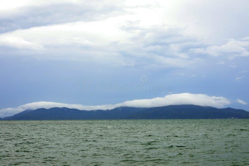 Forma??o sobre a montanha, prov?ncia da nuvem e do c?u de Surat Thani, Tail?ndia imagem de stock royalty free