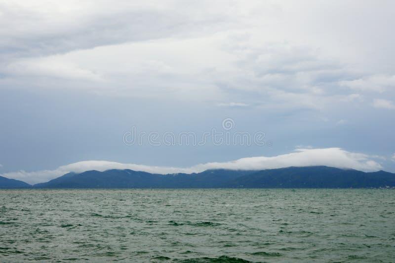 Forma??o sobre a montanha, prov?ncia da nuvem e do c?u de Surat Thani, Tail?ndia fotos de stock royalty free