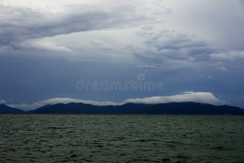 Forma??o sobre a montanha, prov?ncia da nuvem e do c?u de Surat Thani, Tail?ndia foto de stock