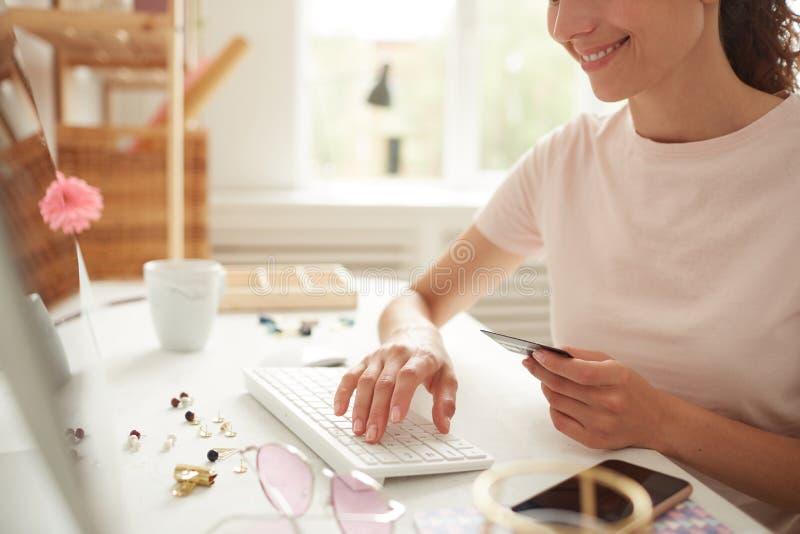 Forma online di riempimento per il pagamento immagine stock
