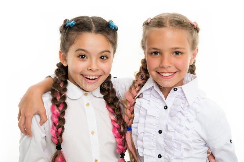 Forma pequena da criança Felicidade da infância Amizade e irmandade crianças pequenas da menina com cabelo perfeito O dia das cri fotografia de stock