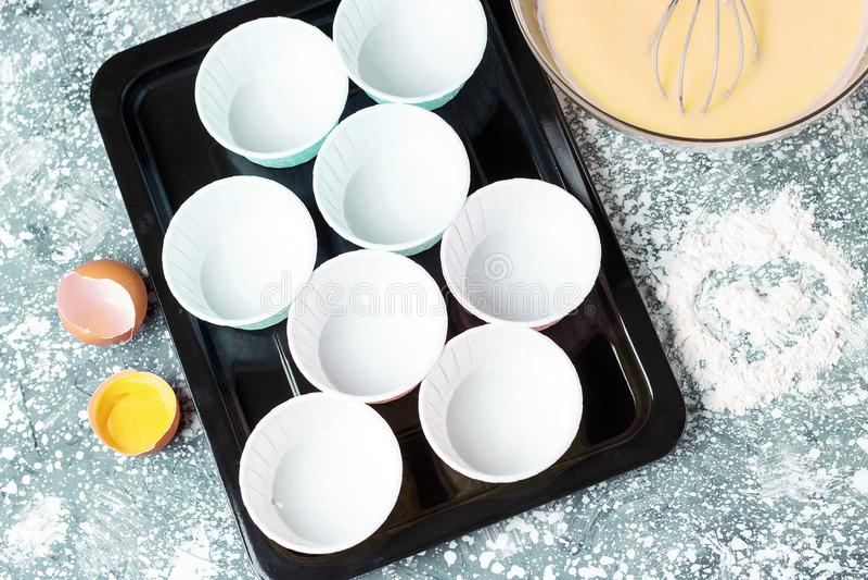 Forma per i muffin e la vista superiore della pasta, concetto di cottura bollente domestico immagine stock