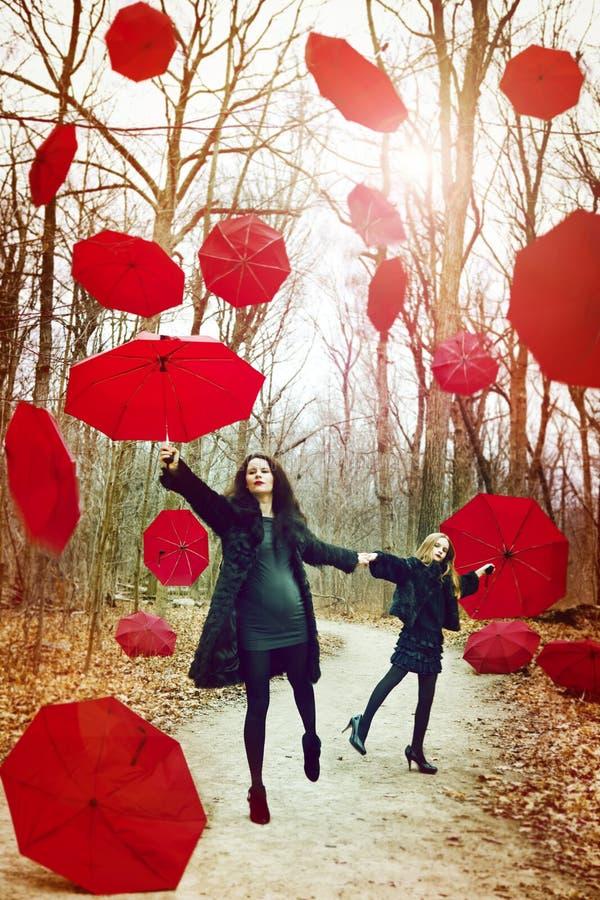 Forma que cae de los paraguas rojos el cielo. imágenes de archivo libres de regalías