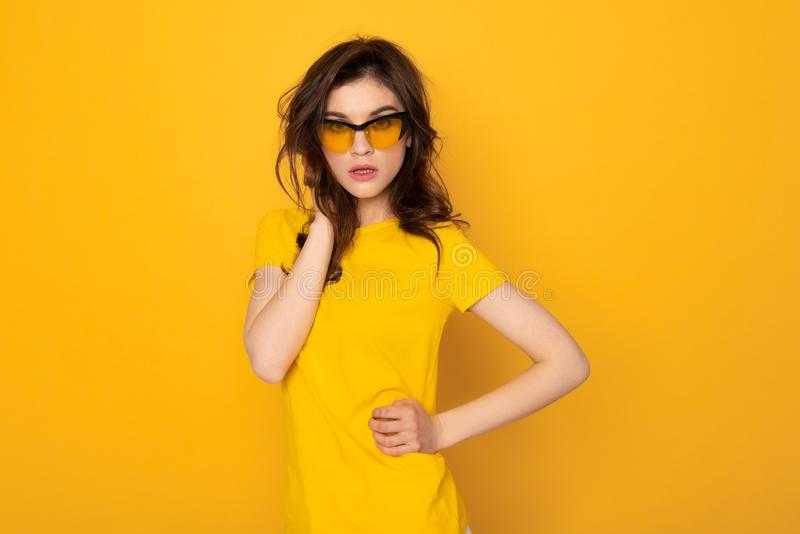 Forma que olha a menina ? moda isolada no amarelo imagens de stock