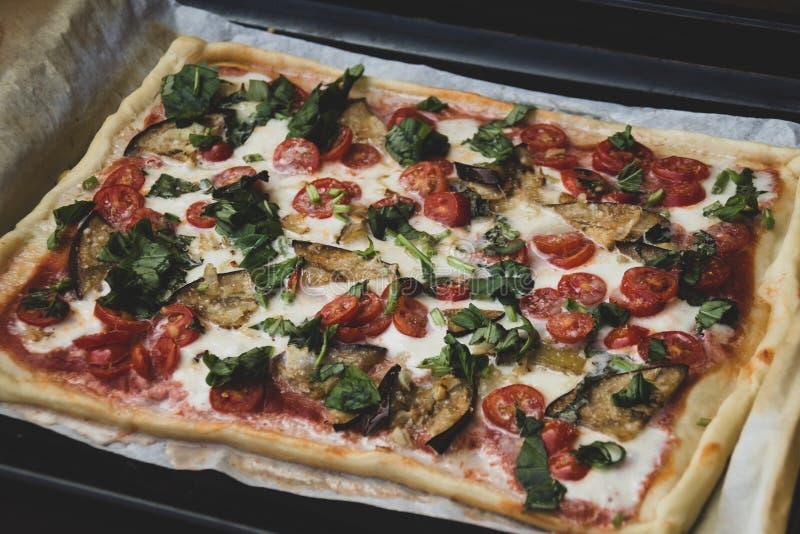 Forma retangular e a pizza feito à mão dos romana grossos close up italiano tradicional do margherita da pizza foto de stock