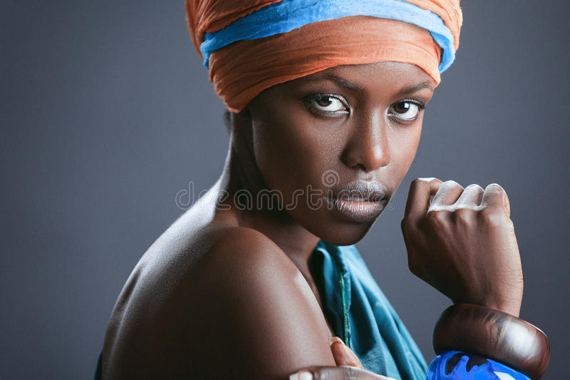 Forma-retrato da mulher negra bonita imagens de stock