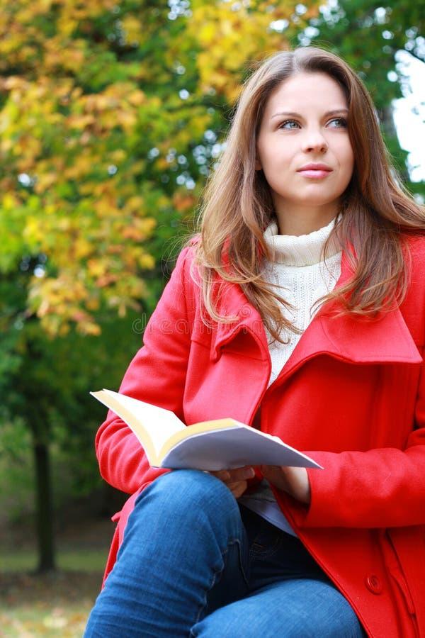 Forma 'sexy' da mulher do outono bonito fotografia de stock royalty free