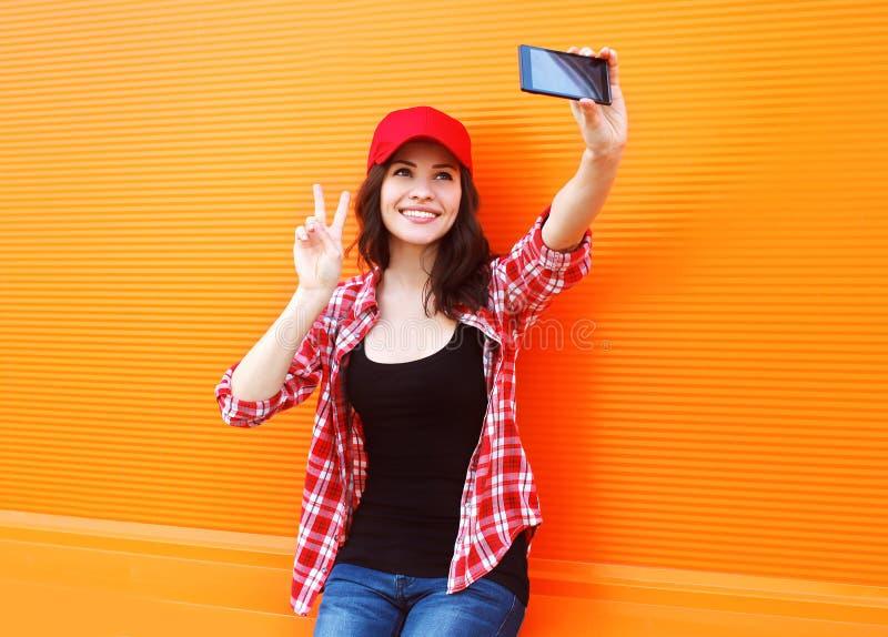 Forma, tecnologia e conceito dos povos - menina bonita feliz fotografia de stock