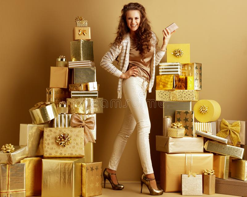 Forma-traficante na moda de sorriso com smartphone imagens de stock royalty free