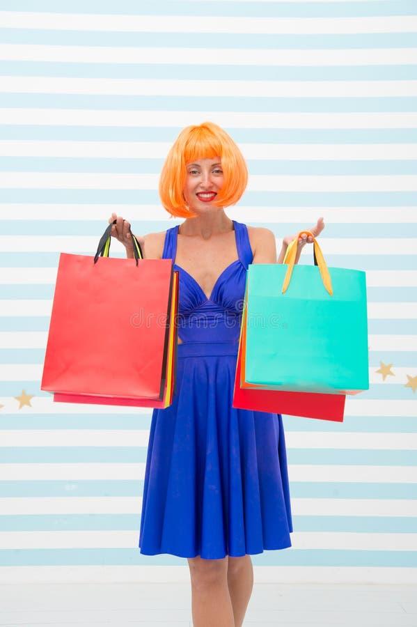Forma Vendas pretas de sexta-feira A mulher feliz vai comprar r Compra feliz em linha feliz imagem de stock royalty free