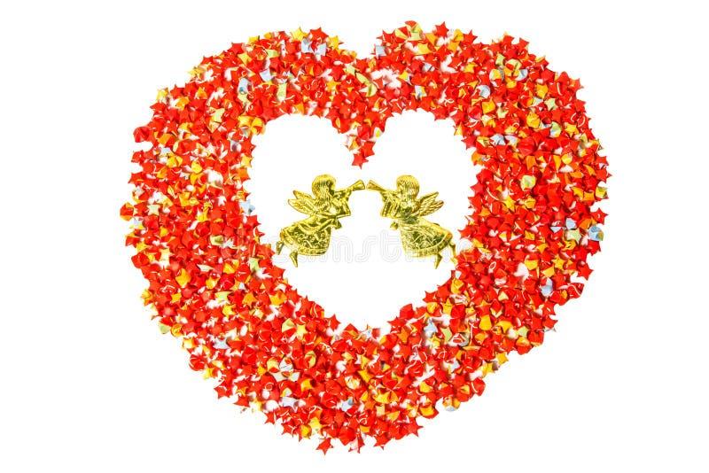 Forma vermelha do coração do papel da estrela no branco com anjo com trajeto de grampeamento imagem de stock