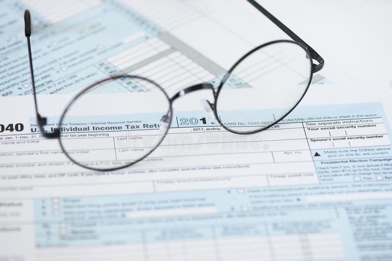 Forma y vidrios de impuesto de los E.E.U.U. Concepto de las finanzas fotografía de archivo libre de regalías