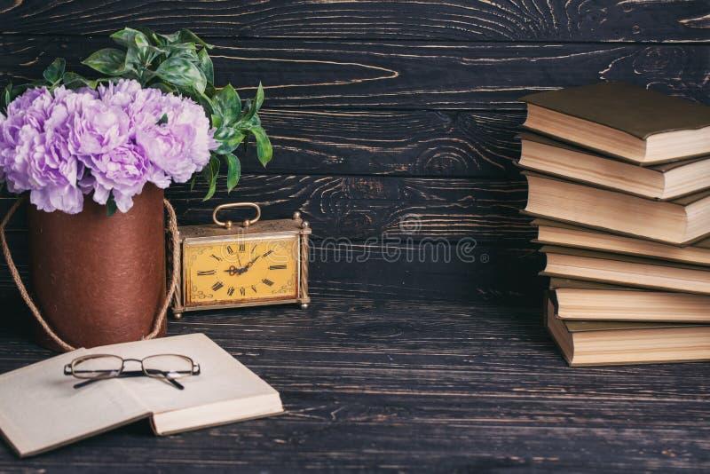 Formación académica Composición de los libros, del viejo watche, de las flores y de los vidrios fotos de archivo libres de regalías