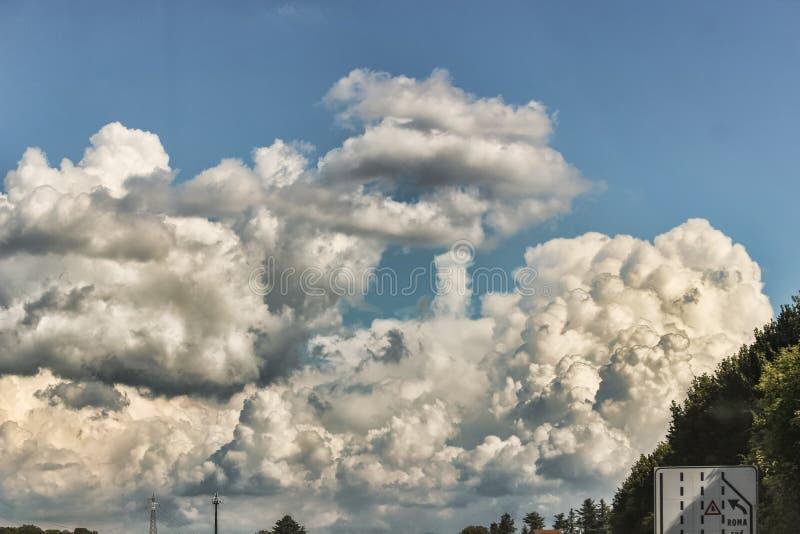Formación asombrosa de los cluods en el cielo foto de archivo libre de regalías