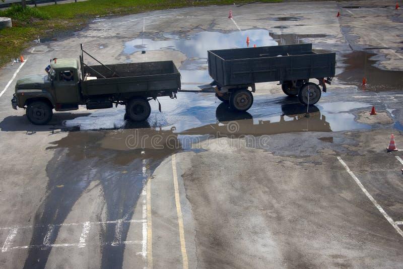 Formación de conductores que conduce el camión con el remolque fotografía de archivo libre de regalías