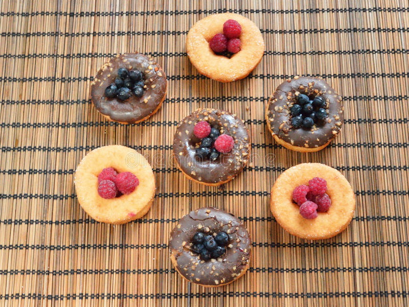 Formación de hielo de la comida de las bayas de la fruta de los productos de la panadería de las frambuesas de los anillos de esp fotografía de archivo