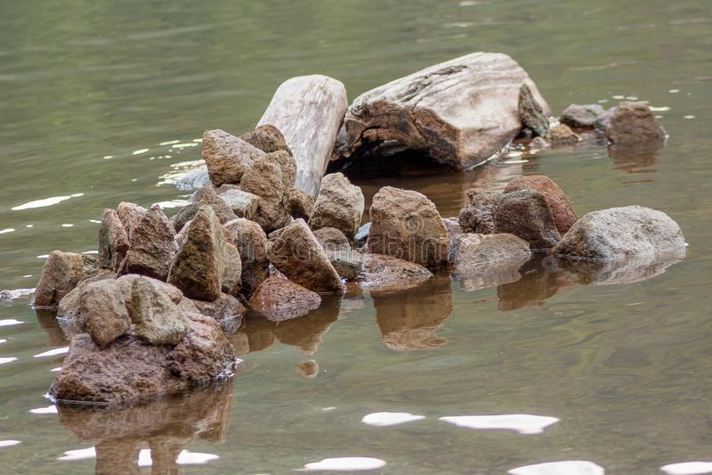 Formación de piedra abstracta en el lago imagen de archivo libre de regalías