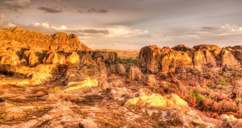 Formación de roca abstracta en el parque nacional en la puesta del sol, Madagascar de Isalo imagenes de archivo
