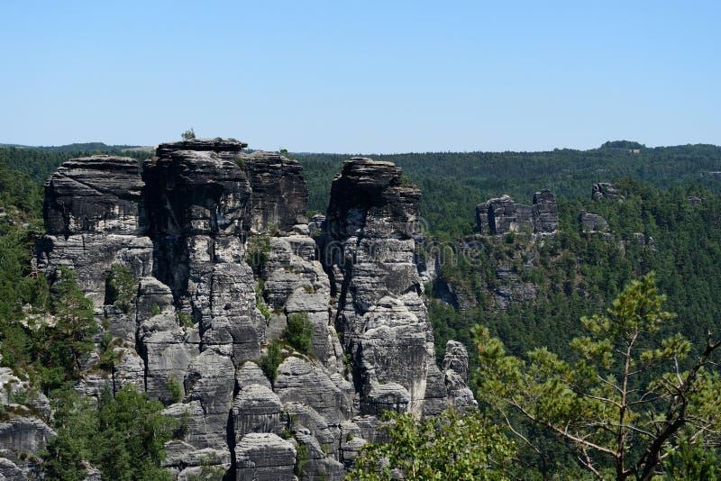 Formación de roca de Bastai Suiza sajona en tiempo de verano, Alemania imagenes de archivo