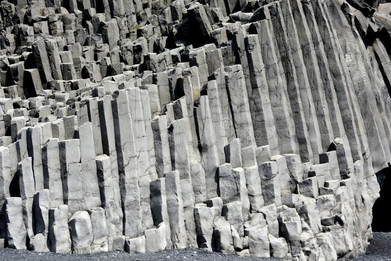 Formación de roca de Reynisdrangar en Vik i Myrdal imágenes de archivo libres de regalías