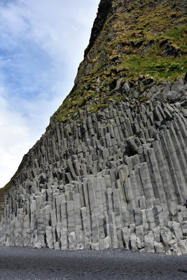 Formación de roca de Reynisdrangar en Vik i Myrdal imagen de archivo