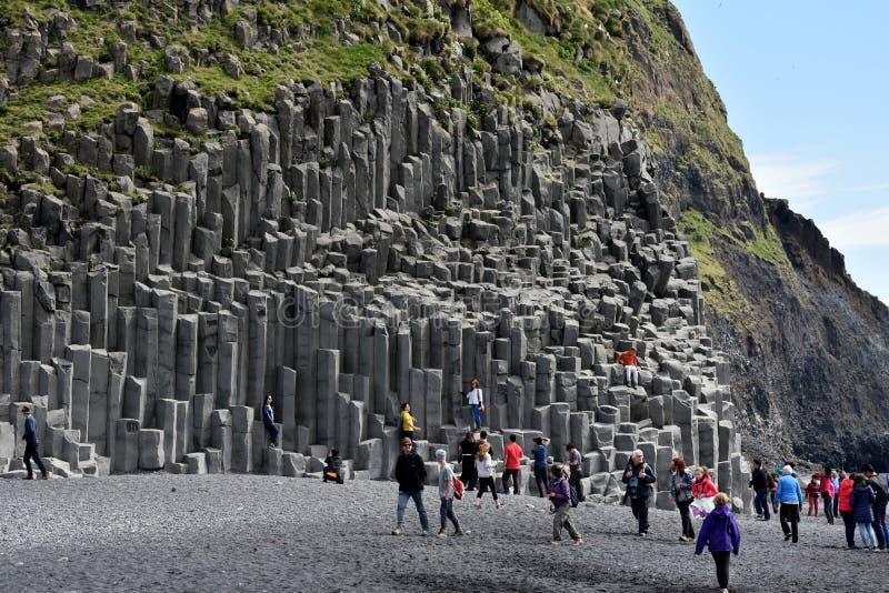 Formación de roca de Reynisdrangar en Vik i Myrdal foto de archivo libre de regalías