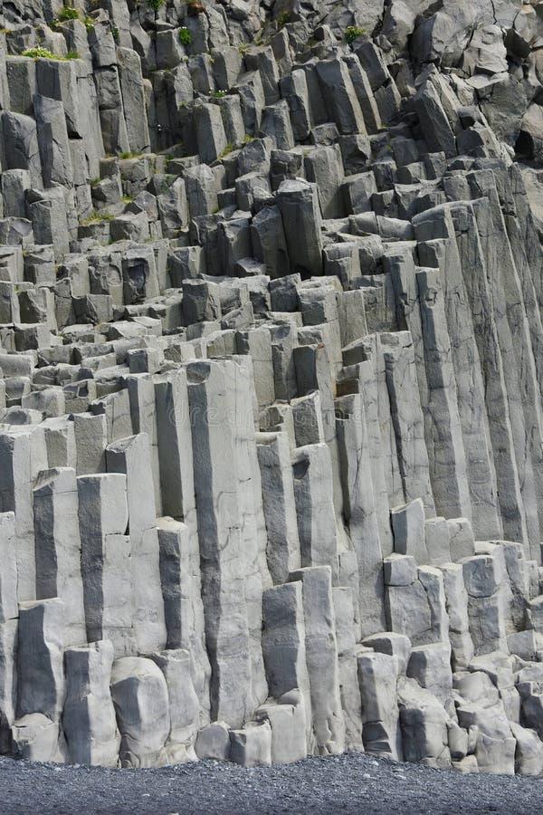 Formación de roca de Reynisdrangar en Vik i Myrdal imagen de archivo libre de regalías