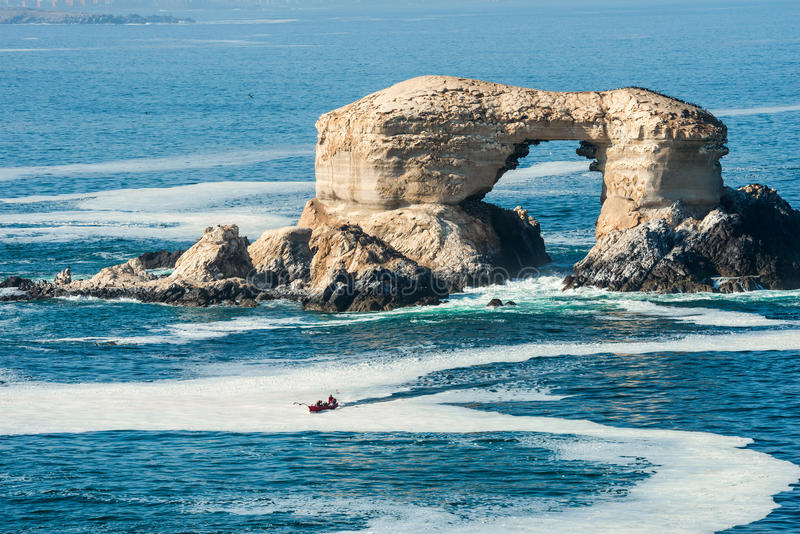 Formación de roca del arco cerca de Antofagasta, Chile imagen de archivo libre de regalías
