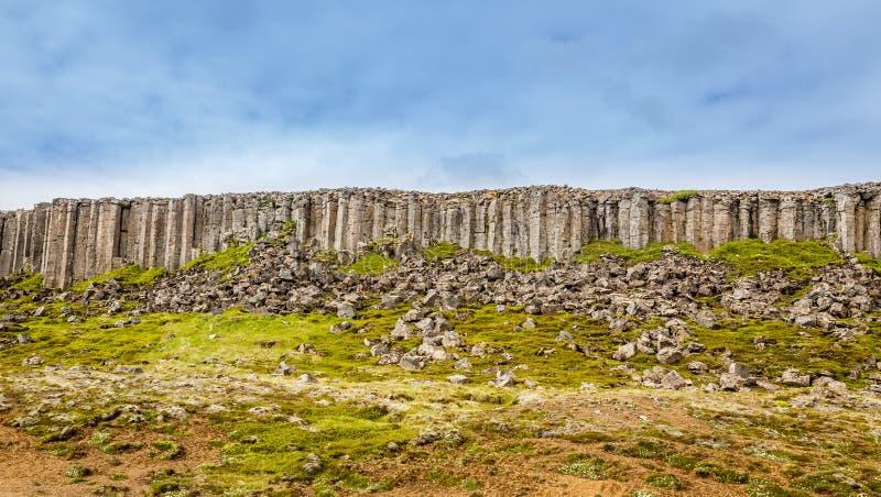 Formación de roca del basalto de los acantilados de la dolerita de Gerduberg, Snæfellsnes, fotografía de archivo